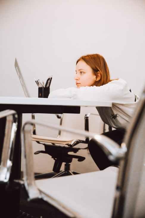 femme bureau jeune fille internet