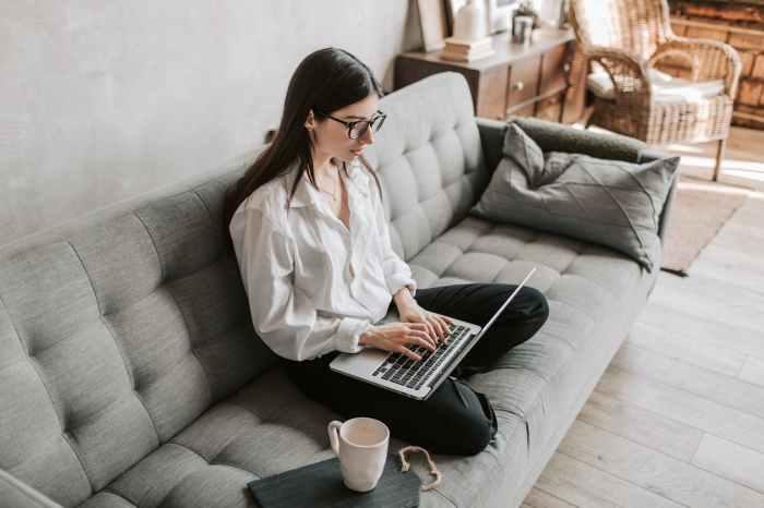 femme cafe detente ordinateur portable