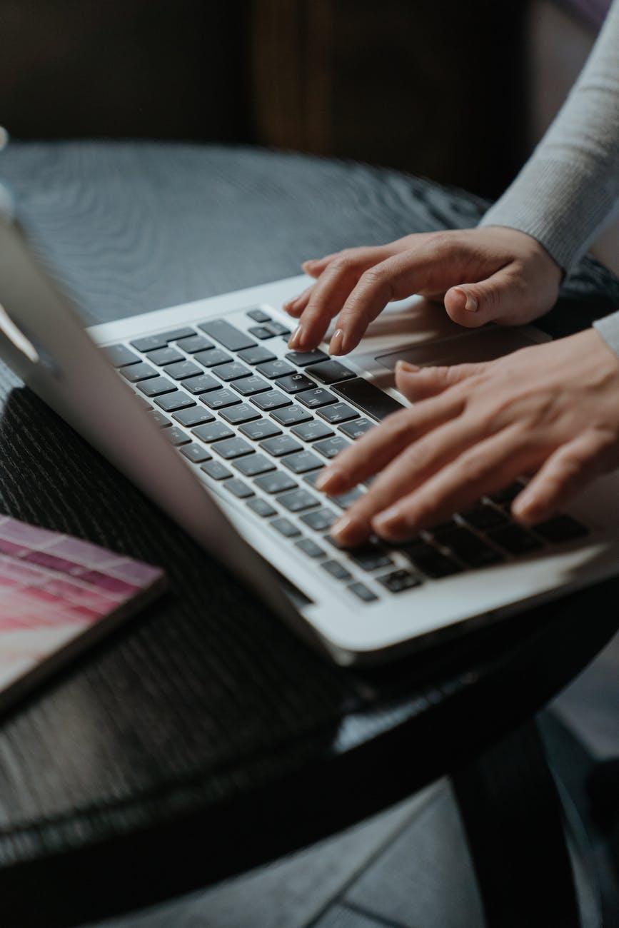 mains femme ordinateur portable saisir